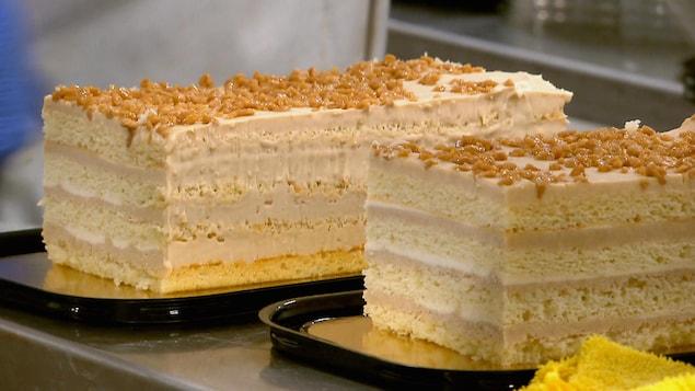 Un gâteau à étage avec de la crème glacée et du sucre d'érable sur le dessus
