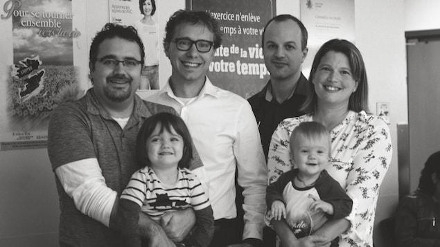 La famille Bédard-Pelchat accompagnée des deux médecins généticiens, Sébastien Chénier et Sébastien Lévesque, qui leur ont permis d'avoir deux enfants en santé.