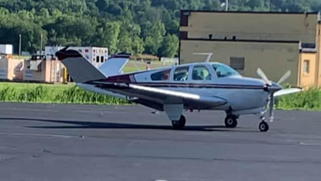 Un petit avion sur une piste d'atterrissage.