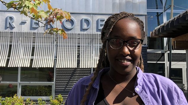 Bella Matungo souriante devant son école.
