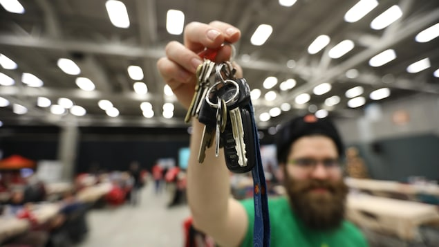 Un bénévole de Nez rouge brandit des clés de voiture.