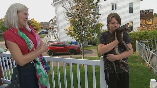 Benjamin et sa mère Caroline Châteauneuf sur le perron de leur maison.