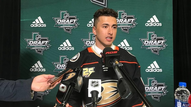 Un joueur de hockey en mêlée de presse