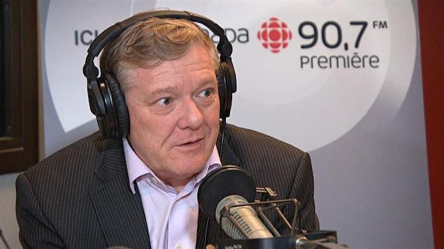 Benoît Pelletier en entrevue dans les studios de Radio-Canada (archives).