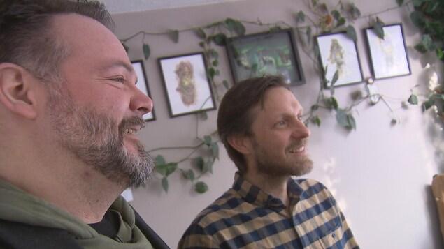 Les éditeurs Jean-Philippe Bergeron et Damien Berger. Nous les voyons de profil, souriants.