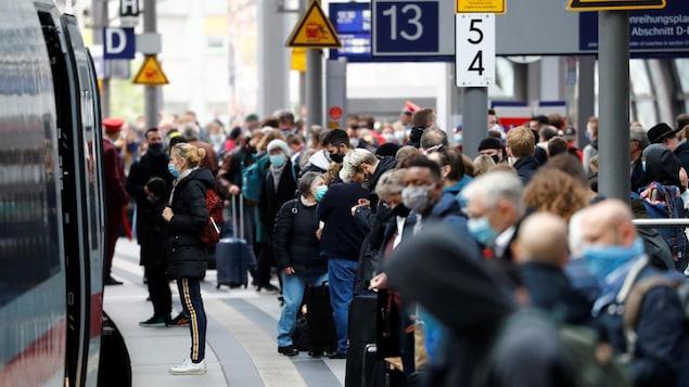 Des passagers à Hauptbahnhof, la principale station de train de Berlin