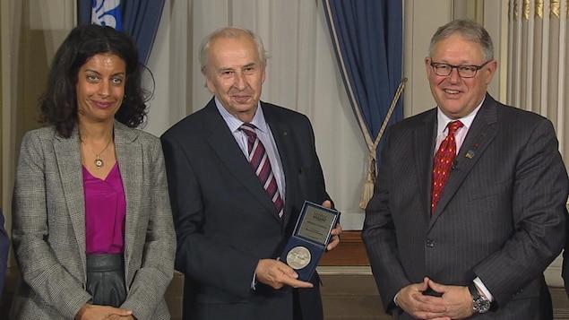 Bernard Descôteaux reçoit la médaille d'honneur de l'Assemblée nationale.