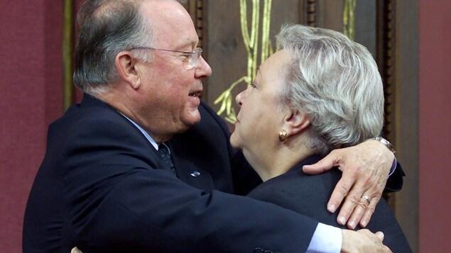 Étreinte entre Bernard Landry et Lise Payette à l'Assemblée nationale
