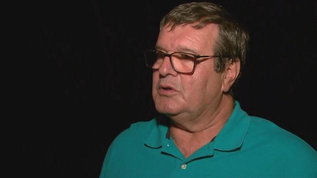 Bernard Ouellet accorde une entrevue à proximité du boisé où le corps de Martin Carpentier a été retrouvé.