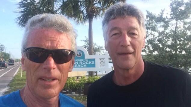 Deux hommes prennent un égo-portrait