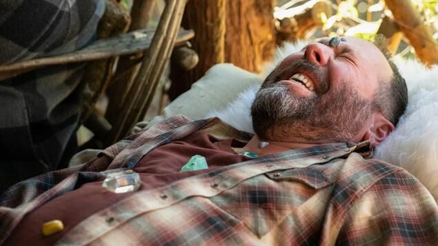 L'homme est couché avec des pierres sur le corps.