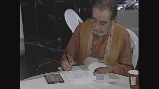 Auteur qui signe un livre