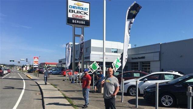 Des employés syndiqués font du piquetage devant le concessionnaire Bérubé GM.