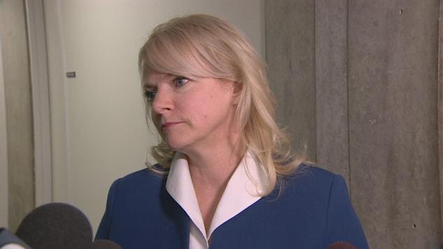 Beverly Romeo-Beehler parle aux reporters télé