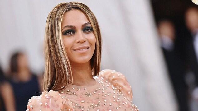 Beyoncé porte une robe de soirée