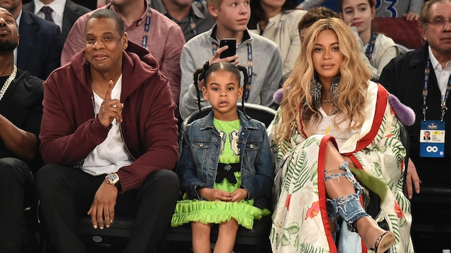 Jay Z et  Beyoncé, entourés de leur fille Blue Ivy, en train d'assister à un match de basket-ball à Los Angeles en février 2017.