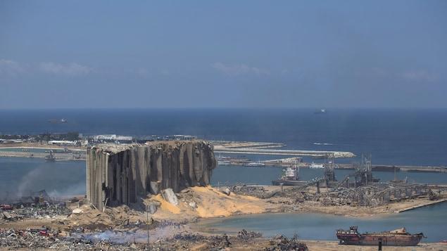 Des bâtiments et des navires détruits et incendiés.