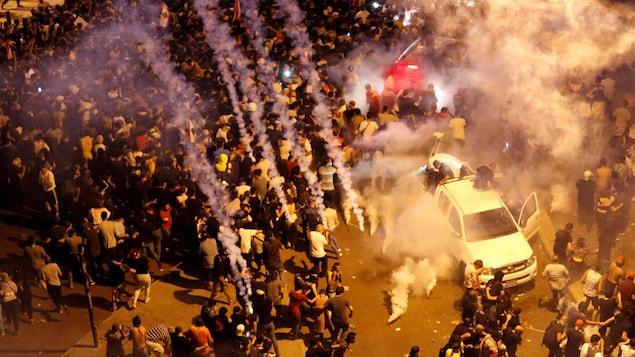 Une foule de manifestants reçoit des gaz lacrymogènes