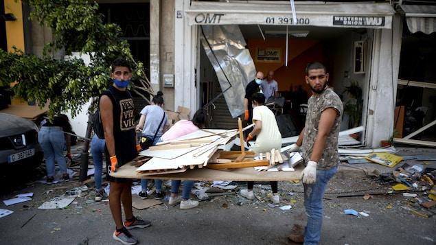 Des bénévoles nettoient une rue d'un quartier de Beyrouth.