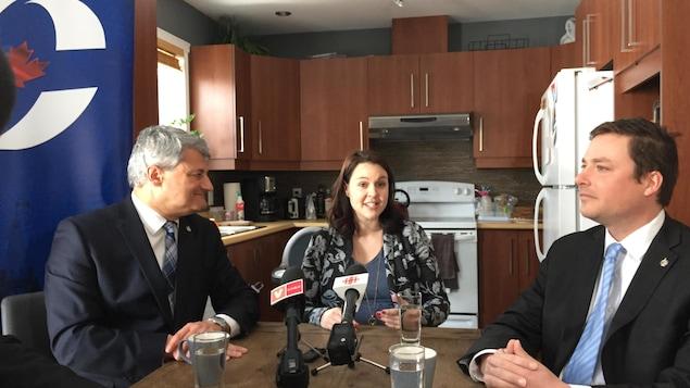 Entourée de Gérard Deltell et Alupa Clarke,  Bianca Boutin a annoncé sa candidature dans la cuisine de sa résidence.