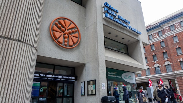L'entrée de la bibliothèque centrale d'Ottawa.