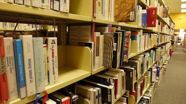 Les rayons d'une bibliothèque publique à Gatineau