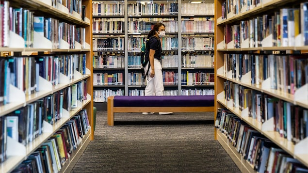 Une femme dans une bibliothèque publique de Hong Kong.