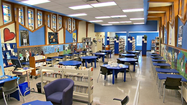 La bibliothèque de l'école Jean-de-Brébeuf.