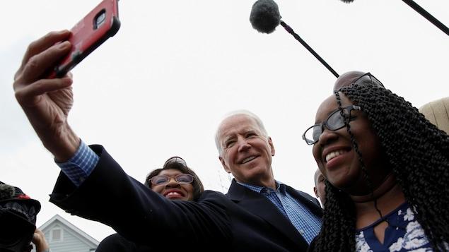 L'ancien vice-président Joe Biden rencontre des électeurs à North Charleston, en Caroline du Sud.