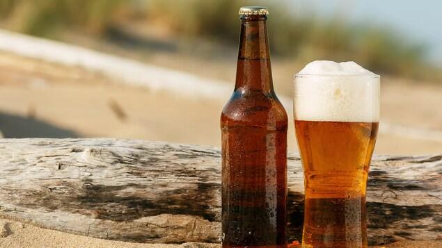 Une bouteille et un verre de bière.