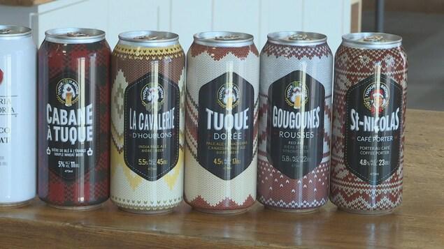 Plusieurs canettes de bière de la brasserie Tuque de Broue posées sur une table.