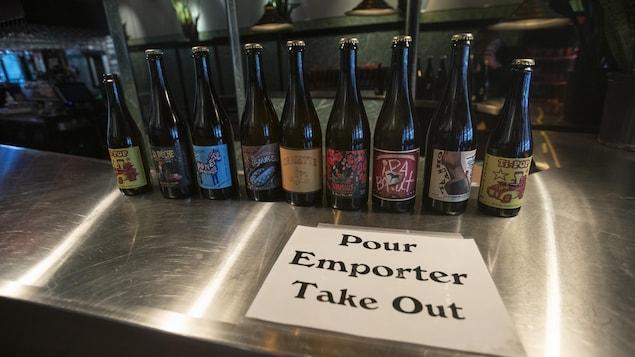 Des bouteilles de bière sur un comptoir.