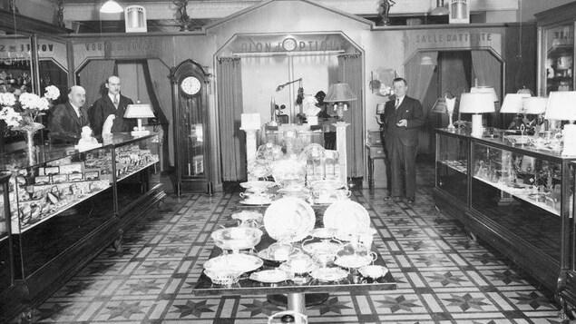 L'intérieur de la bijouterie Roy vers 1941