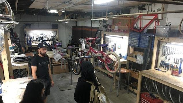 Deux personnes parlent à un employé de Bike Windsor Essex.