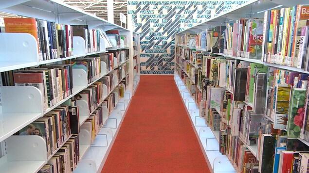 Des étagères remplies de livres dans une bibliothèque.