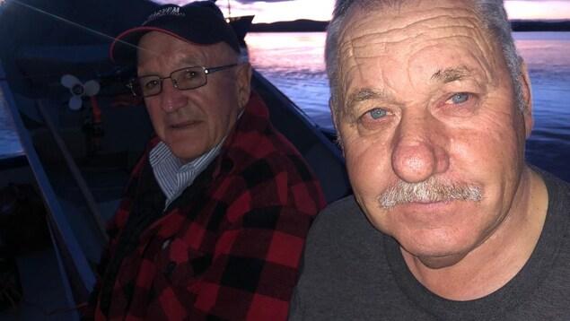 Les pêcheurs de crevette Bill Cleary et Chris Lethbridge sont venus au secours des occupants de l'appareil.