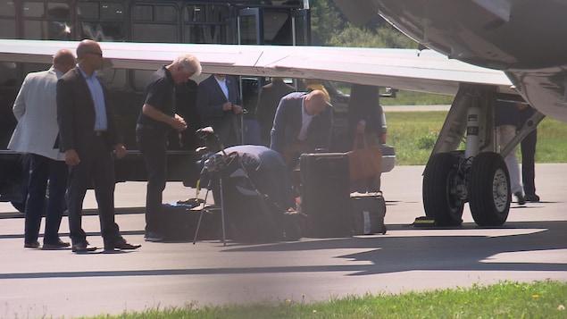 Les Clinton sont arrivés à l'aéroport de Sherbrooke un peu après 14 heures dimanche. Tout indique que le golf fera partie des activités de l'ex-président américain.
