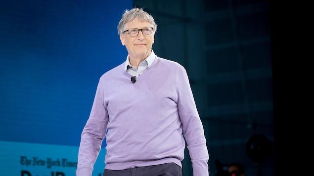 Bill Gates marche sur scène.