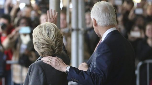 Hillary et Bill Clinton partent d'un hôtel de New York le 9 novembre 2016, au lendemain de la défaite subie par l'ancienne secrétaire d'État au scrutin présidentiel