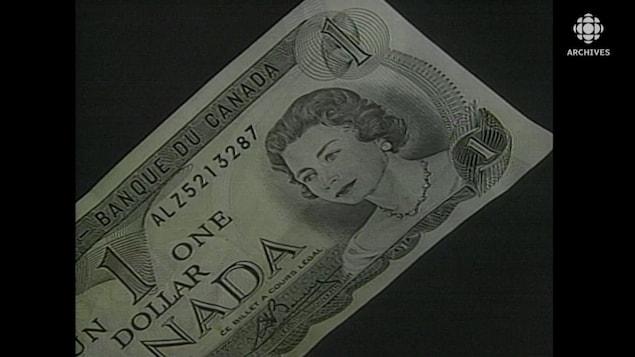 Gros plan d'un billet d'un dollar avec le portrait de la reine Élisabeth II.