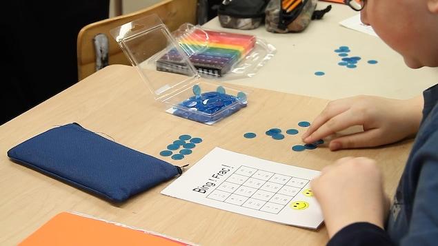 Un jeu de Bingo devient un prétexte pour apprendre les équivalences de fractions.