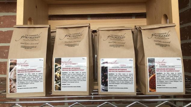 Des sacs de craquelins artisanaux vendus par la Fabrique gourmande, à Saint-Narcisse, en Mauricie