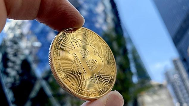 Une pièce de monnaie marquée du logo du bitcoin.