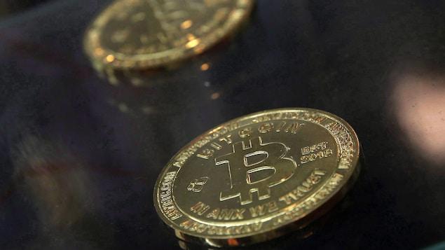 Deux pièces de Bitcoin.