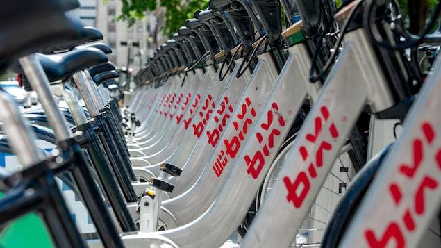 Les vélos BIXI abondent à cette station, à Montréal.