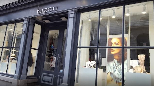La devanture d'un magasin Bizou sur une artère commerciale.