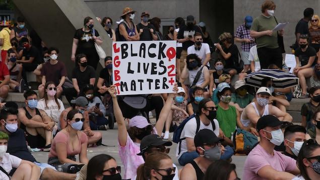 Une manifestation contre le racisme devant l'hôtel de ville de Toronto.