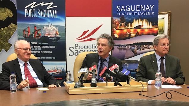 Ghyslain Harvey à gauche, Jean Rainville au centre et Jean Tremblay à droite, lors de la conférence de presse à l'hôtel-de-ville.