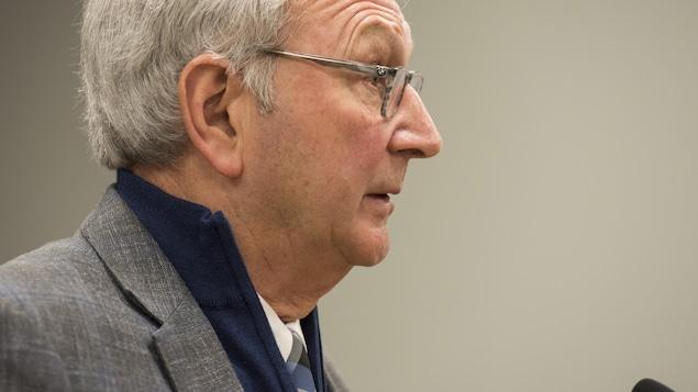Blaine Higgs de profil lors d'une conférence de presse.