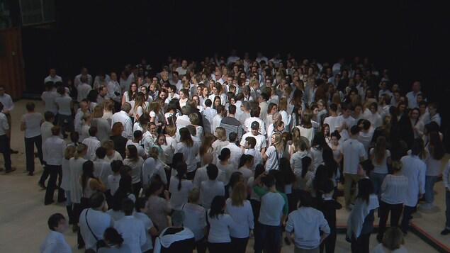 Des étudiants du Cégep de Sainte-Foy portent du blanc en guise de soutien à la communauté musulmane